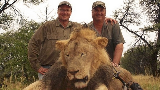 Walter Palmer and the hunting operator posing with the lifeless body of Cecil.